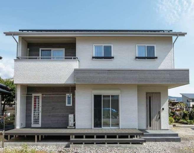 irohaco (アヴァンス)【デザイン住宅、子育て、間取り】飽きのこないシンプルモダンな外観。継ぎ目が目立ちにくく、色あせに強い超高耐候性塗料の外壁を採用。リビングからフラットにつながるウッドデッキでBBQやプールを楽しむ