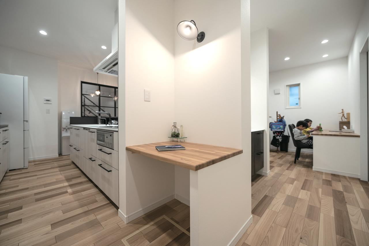 irohaco (アヴァンス)【デザイン住宅、子育て、間取り】1階はぐるぐると回遊しやすい動線を確保。手洗いコーナー、奥さまのワークスペースを備え、夫婦の家事時間を短縮すると同時に、子どもたちと触れ合う時間が増えた