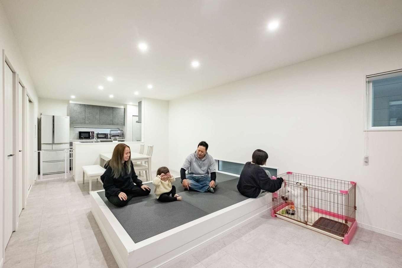 アフターホーム【1000万円台、デザイン住宅、間取り】ホワイトを基調にスッキリとした印象のLDK。部屋の中央にある畳コーナーが、家族みんなのお気に入り。ソファを置かない前提で設け、ご主人が寝っ転がったり、子どもが遊んだりと大活躍