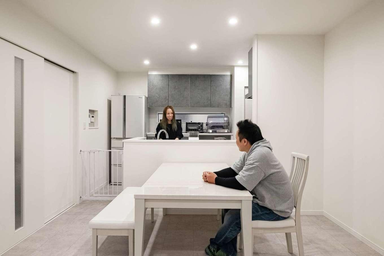 アフターホーム【1000万円台、デザイン住宅、間取り】キッチンに立つとダイニングから畳コーナー、リビングまで部屋全体を見渡せる