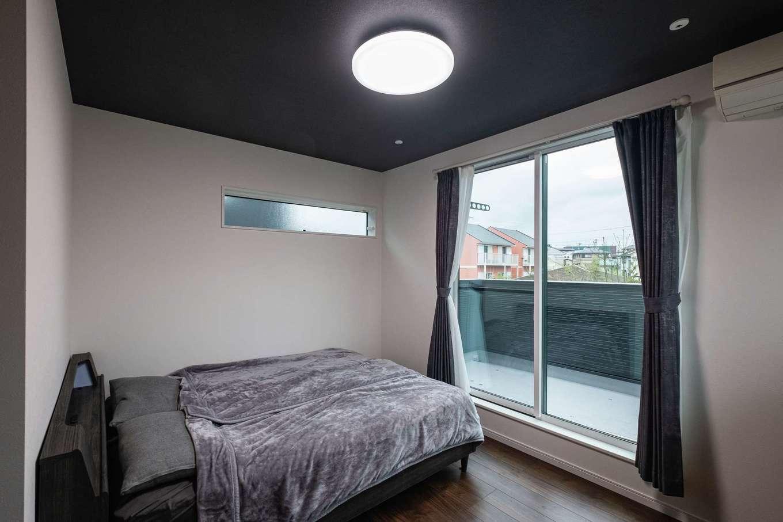 アフターホーム【1000万円台、デザイン住宅、間取り】寝室は暗めの床と黒い天井で落ち着いた雰囲気。左手にはウォークインクローゼット