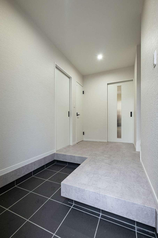 アフターホーム【1000万円台、デザイン住宅、間取り】「玄関が広いと、広い家だという印象につながります」と川橋さん。白色で空間がさらに広く感じられる効果も。不意の来客時も、ここで十分対応できる