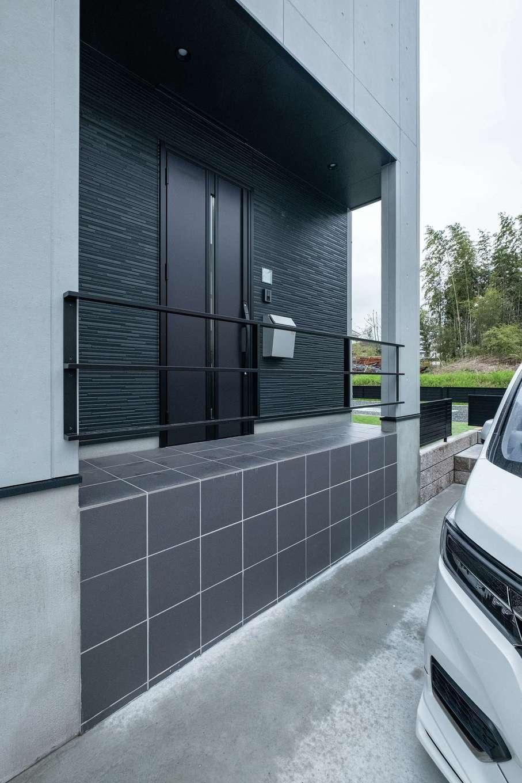 アフターホーム【1000万円台、デザイン住宅、間取り】車高の高い車に合わせて駐車場を下げ、玄関ポーチの基礎を高くした