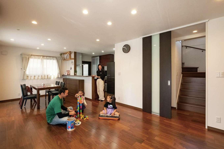 イーホーム【子育て、省エネ、間取り】ゆったりとくつろげるLDKは21.5畳。建具はすべてハイドアを使用