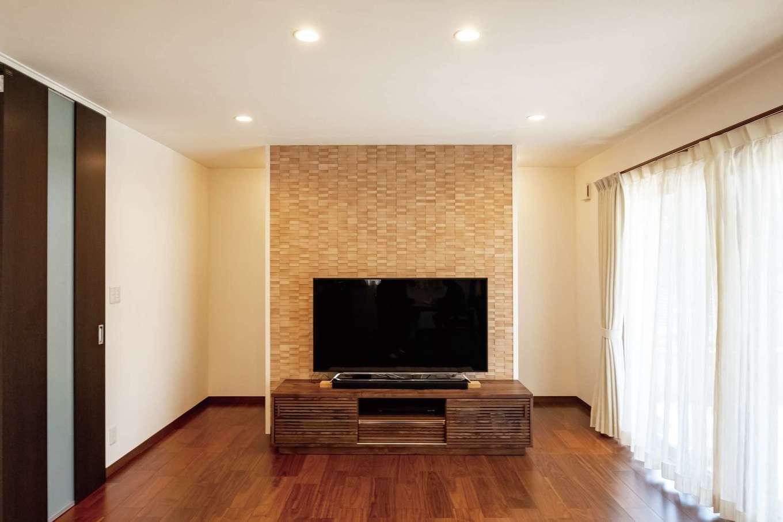 イーホーム【子育て、省エネ、間取り】テレビ背面の壁は調湿・消臭効果の高いエコカラットを全面に