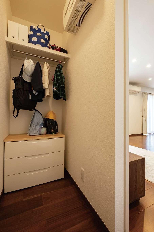 イーホーム【子育て、省エネ、間取り】テレビボードの左裏には、お支度専用の収納スペースを確保