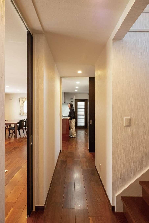 イーホーム【子育て、省エネ、間取り】玄関からキッチンまで一直線につながり、ダイニング、リビングへと回遊できる家事ラク動線。子どもが帰ってきて、階段を上がるときも気配がわかる