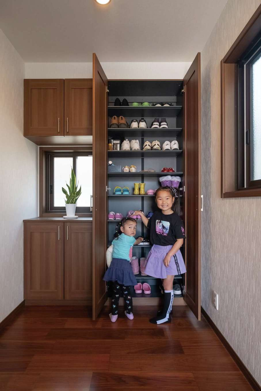 イーホーム【子育て、省エネ、間取り】玄関ホールの奥にシューズクローゼットを造作し、玄関を広く使えるようにした