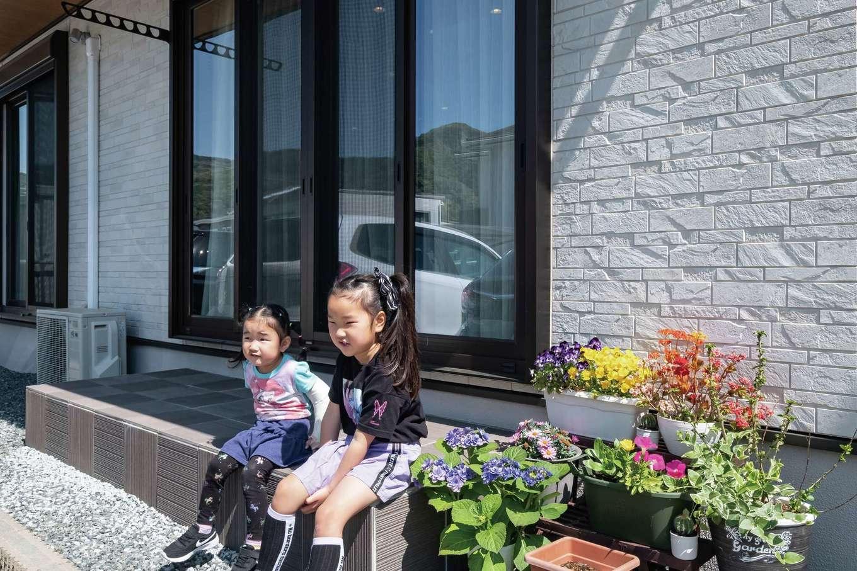 イーホーム【子育て、省エネ、間取り】テラスでくつろぐ仲良し姉妹。BBQや子どもプールを楽しむことも