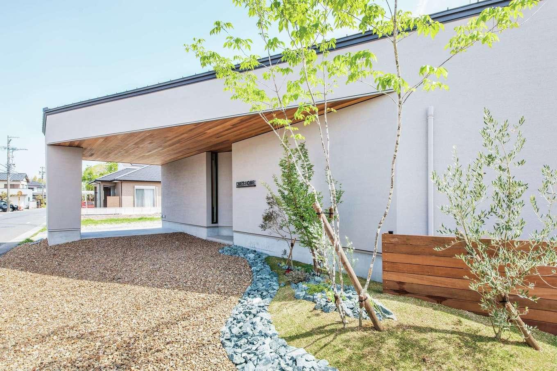 ワンズホーム【浜松市浜北区小松3044-1付近・モデルハウス】グレイッシュカラーの塗り壁に軒天のレッドシダーが映える、ナチュラルテイストな外観。シンボルツリーが雰囲気を添える