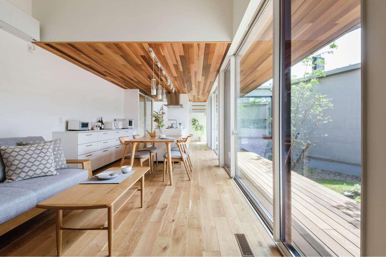 ワンズホーム【浜松市浜北区小松3044-1付近・モデルハウス】大きな窓を南面いっぱいに置いた開放感あふれるLDK。外にはウッドデッキを配し、中庭を存分に楽しめる設計に。スマホもテレビも放って一日中のんびりしたくなるはず