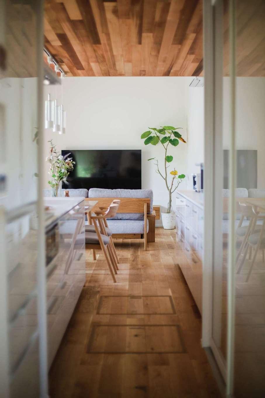 ワンズホーム【浜松市浜北区小松3044-1付近・モデルハウス】キッチンパントリーがあればモノが増えても安心。なにかと細かい物が多く散らかりがちなキッチンも、大容量収納を賢く利用すれば、いつもすっきりと保たれる