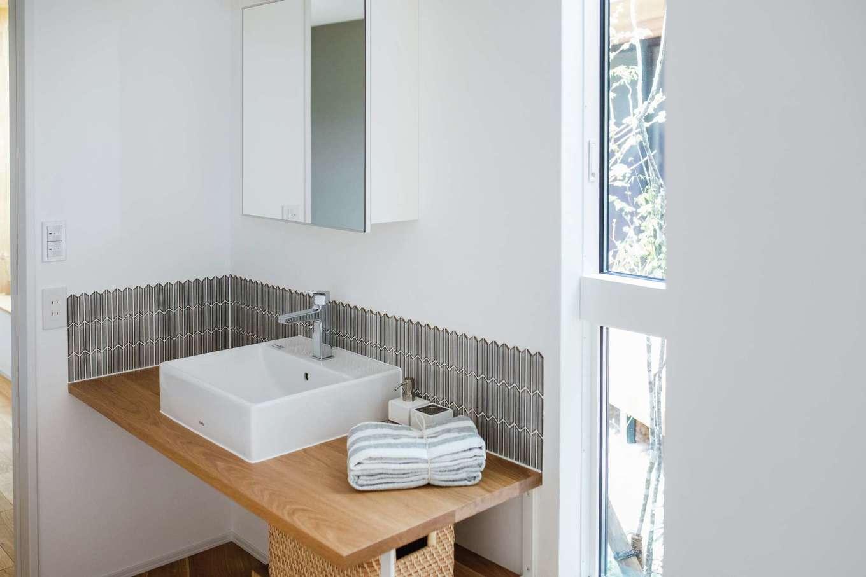ワンズホーム【浜松市浜北区小松3044-1付近・モデルハウス】サイドの窓から自然を感じられる、造作の洗面カウンター。白を基調としたデザインが清潔感を醸す。アクセントカラーのタイルも素敵