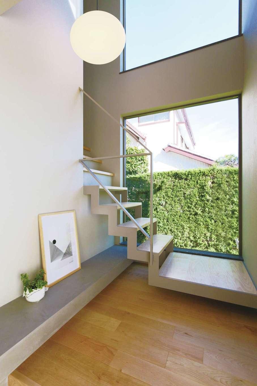 デザインハウス【デザイン住宅、趣味、インテリア】東の窓際に設けたストリップ階段。美しいフォルムに胸がときめく。大きな開口部を通じてL S D全体に光が行き届く