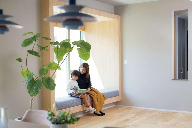 デザインハウス【デザイン住宅、趣味、インテリア】リビングに設けた造り付けソファベンチは子どもの大のお気に入り。親子で一緒に本を読んだり、ゴロンと横たわってくつろいだり。庭景色もゆっくり眺められる