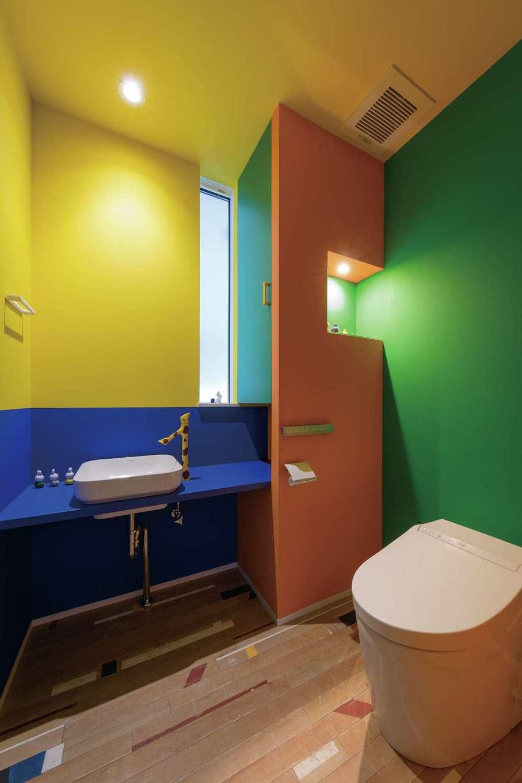 デザインハウス【デザイン住宅、趣味、インテリア】キリンの水栓金具に合わせて原色を組み合わせたトイレ。色配分の絶妙なバランスに舌を巻く
