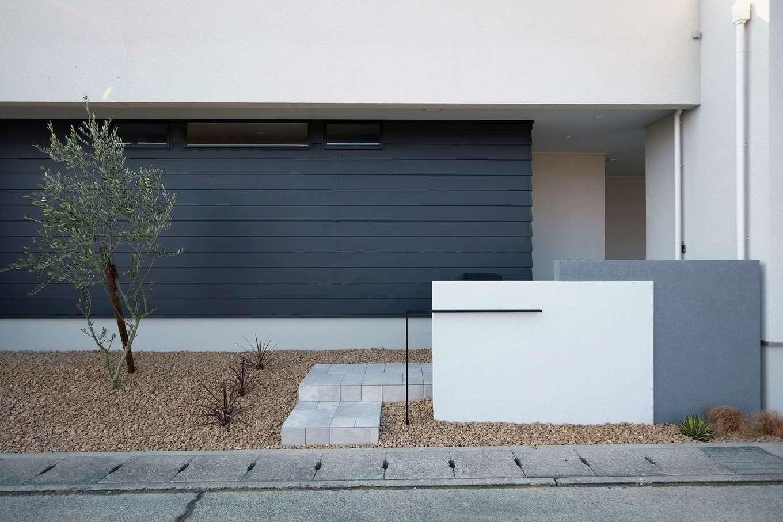 デザインハウス【デザイン住宅、趣味、インテリア】白・黒・グレーを組み合わせたこだわりのアプローチデザインと植栽。周囲の視線に配慮して、玄関ポーチを配置