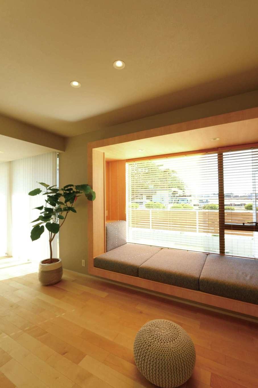 デザインハウス【デザイン住宅、趣味、インテリア】リビングのソファベンチから眺める庭の風景に心がなごむ。ソファベンチも『デザインハウス』のオリジナル