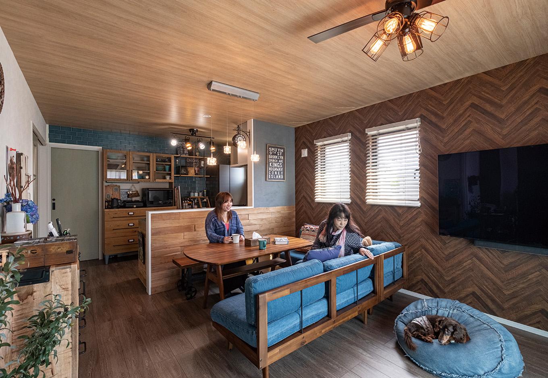 suzukuri 浜松店【1000万円台、デザイン住宅、収納力】ベースとして選んだ木調のクロスと、手づくりしたヴィンテージ調の小物や収納家具が調和したLDK。ソファの洗いざらしのデニムの色と質感をアクセントに