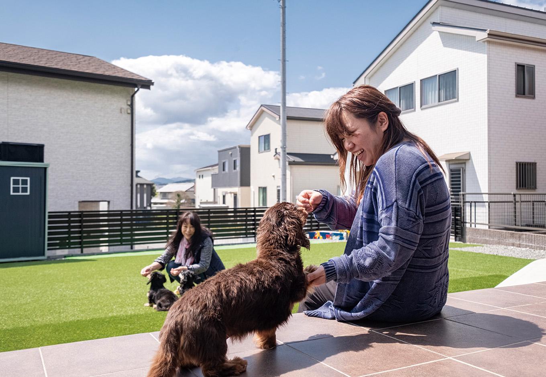 suzukuri 浜松店【1000万円台、デザイン住宅、収納力】住まいはサイズダウンしたが、その分空いた土地を活かして、3匹の愛犬のために人工芝を張った広いドッグランを作った。奥にあるストッカーはSさんがペイントでリメイクした昔の物置