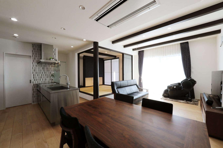 日本住建【デザイン住宅、和風、間取り】1階は、和室を中心にLDKと水回りを配置した回遊性の高い間取り。天井の化粧梁や丸太の大黒柱など和のテイストをふんだんに取り入れている