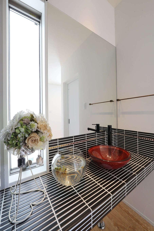 日本住建【デザイン住宅、和風、間取り】造作の洗面スペース。タイルはKさんが応援する球団テーマカラーを取り入れて、黒&ゴールドに