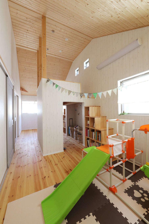 日本住建【デザイン住宅、和風、間取り】屋根の勾配を生かした2階の子ども部屋は、木のぬくもりを感じられる空間。将来は仕切って2部屋にもできるよう、可変性を持たせた