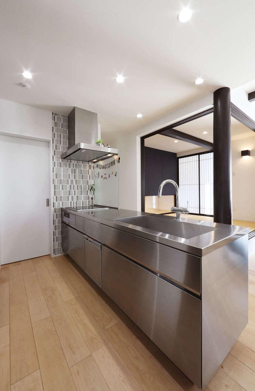 日本住建【デザイン住宅、和風、間取り】キッチンからリビングダイニングと和室を見渡せる造り。白い扉の先にはパントリーと勝手口があり、家事動線もスムーズ