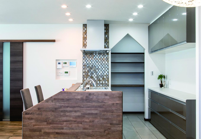ユニバーサルホーム(浜松東店・掛川店)【子育て、デザイン住宅、間取り】キッチン横には、階段下スペースを使ったパントリーを設計。家形にアレンジした開口部分は、インテリアの一部のようにおしゃれ