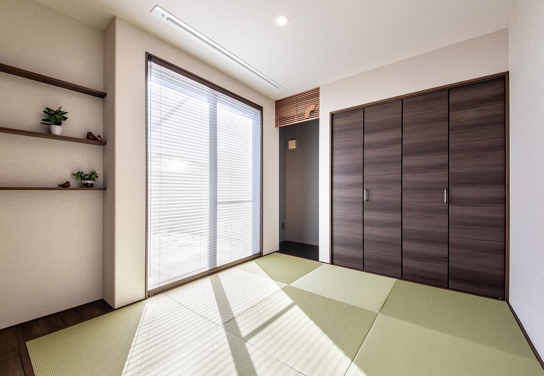 ユニバーサルホーム(浜松東店・掛川店)【子育て、デザイン住宅、間取り】LDKに隣接する和室は琉球畳を敷いてモダンな印象に。ドアを開け放てば、和室とLDK、デッキテラス、庭までを直線で結べる動線が便利だ