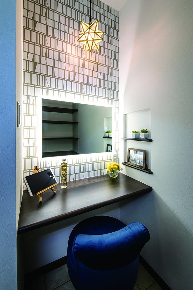 ユニバーサルホーム(浜松東店・掛川店)【子育て、デザイン住宅、間取り】奥さまこだわりのドレッサーは、壁紙や照明にこだわってスタイリッシュに仕上げた