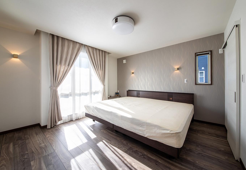 ユニバーサルホーム(浜松東店・掛川店)【子育て、デザイン住宅、間取り】2階の寝室は、カーテンレールを折り上げ天井に隠したことで上品な雰囲気に。壁紙やカーテンの色味も吟味し、内装に統一感を持たせている