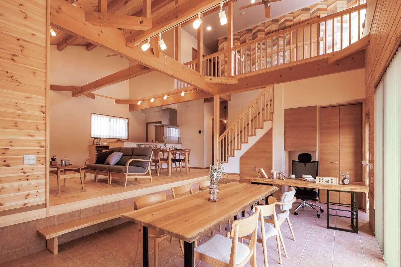 住まいるコーポレーション【自然素材、夫婦で暮らす、間取り】LDKの隣には広い土間があり、ご主人の書斎スペースと仲間が集うテーブルコーナーを設けて多目的に使える空間に。LDKに上がる踏み台兼ベンチも同社の造作