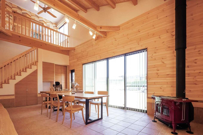 住まいるコーポレーション【自然素材、夫婦で暮らす、間取り】広い土間には南面の掃出窓と吹き抜けから光が注ぐ。階段下や壁面に収納スペースをたっぷり設けてある