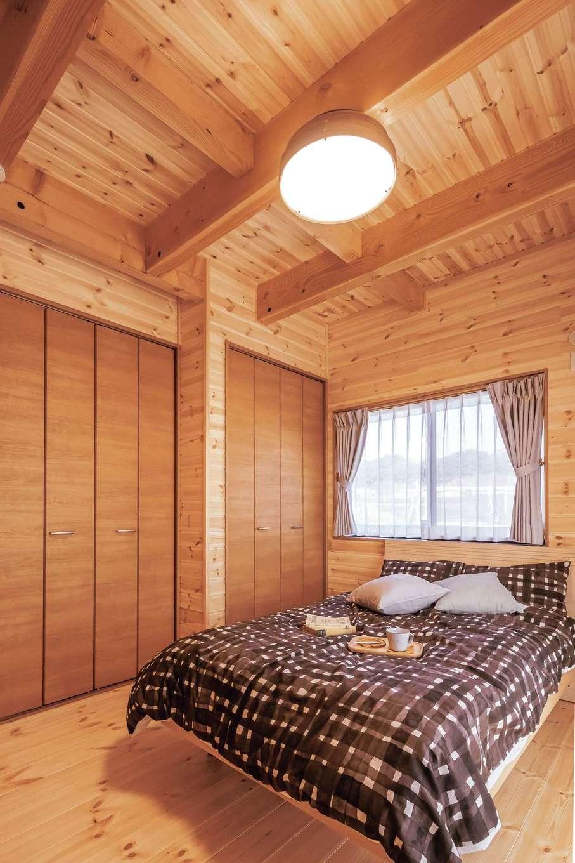 住まいるコーポレーション【自然素材、夫婦で暮らす、間取り】寝室は人生の3分の1を過ごす場所。そのため、床・壁・天井ともに天然木の板張りにし、体にやさしい空間を実現。木の香りと温もりに包まれてぐっすり快眠できる