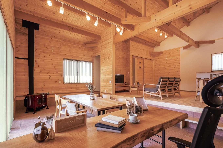 住まいるコーポレーション【自然素材、夫婦で暮らす、間取り】土間にあるご主人の書斎コーナー。天然木×アイアンのテーブルは同社の造作家具