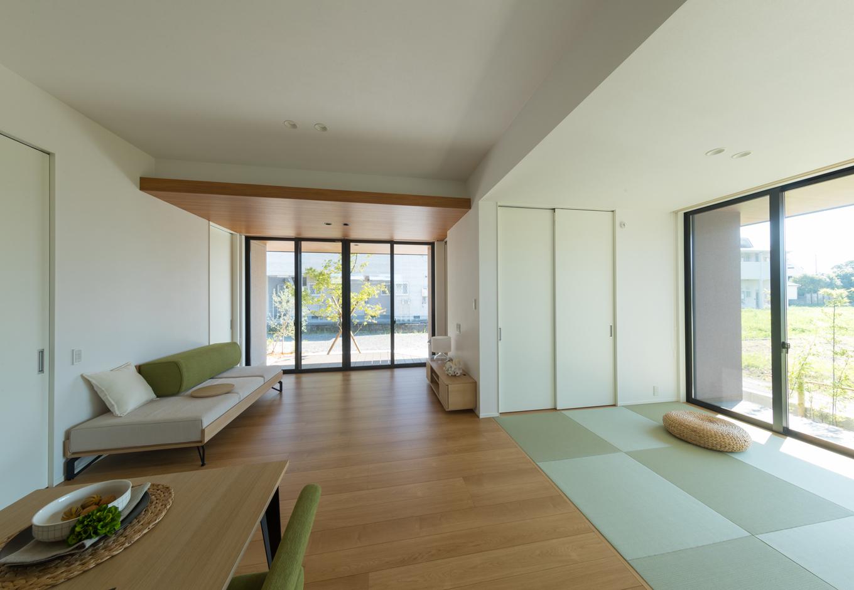 Um House(マル祐戸田建築)【casa piatto(カーサ ピアット)】LDKと畳スペースが繋がった広やかな平屋の空間。家族の距離が自然と縮まる。床を3種類の無垢材から選ぶことも可能