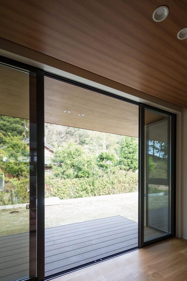 Um House(マル祐戸田建築)【casa piatto(カーサ ピアット)】室内の天井と屋外の軒を同じ色合いで統一したことで、室内が外に広がるような開放感を得られ、自然がすぐそばに感じられる