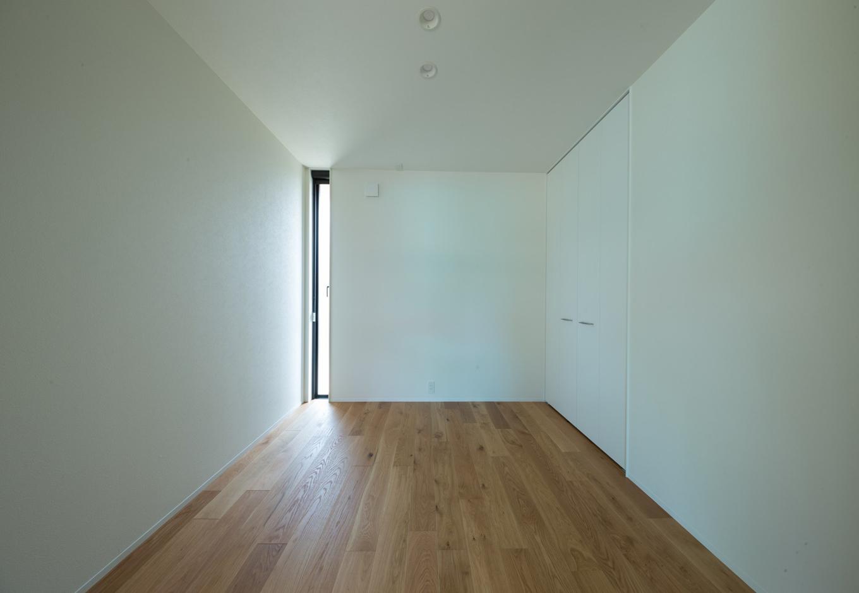 Um House(マル祐戸田建築)【casa piatto(カーサ ピアット)】リビング以外の居室には、幅21cmの縦長スリット窓を採用(一部を除く)。自然の光や風を取り込みながら、防犯性を確保