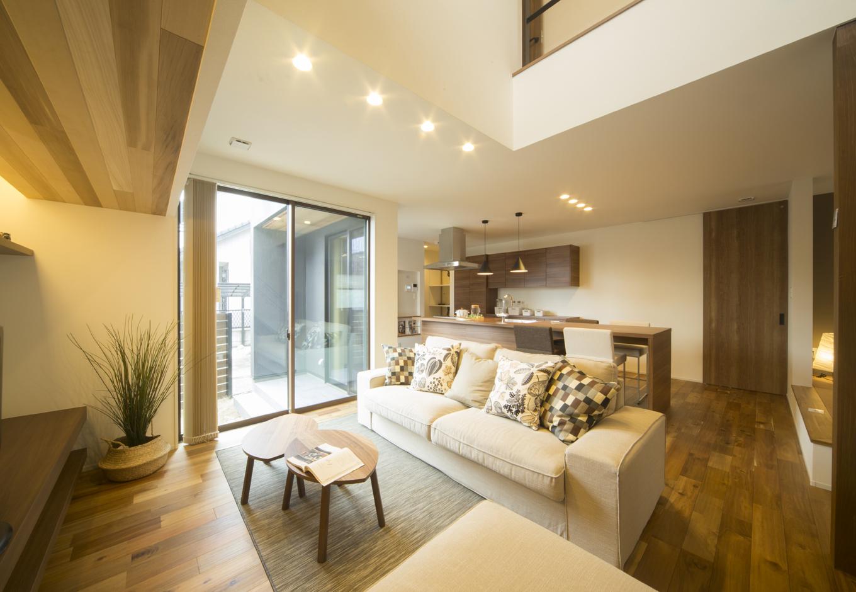 Um House(マル祐戸田建築)【IROHA-IE(イロハ イエ)】「IROHA・IE」のスタンダードタイプのLDK。大きな吹き抜けが開放感をもたらしてくれる
