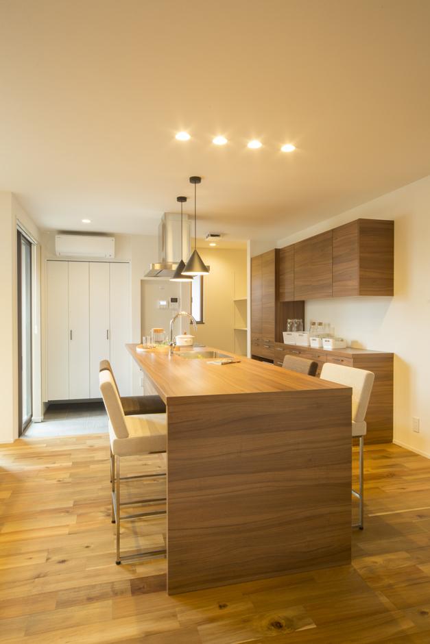 Um House(マル祐戸田建築)【IROHA-IE(イロハ イエ)】オープンキッチンとダイニング。収納スペースもたっぷり確保