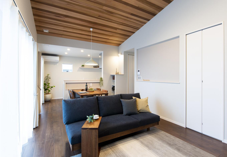 Um House(マル祐戸田建築)【IROHA-IE(イロハ イエ)】天井と床の木目がマッチしたスタイリッシュなリビング。完全自由設計なので自分らしい空間を実現できる
