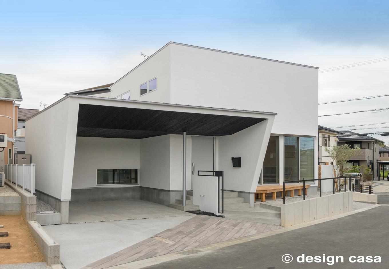 Um House(マル祐戸田建築)【design casa(デザイン カーサ)】美しさと機能性を兼ね備えた「本物のデザイン」を追求した外観。個性的なフォルムがスタイリッシュ