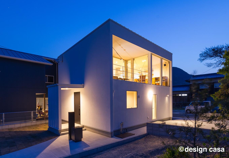 Um House(マル祐戸田建築)【design casa(デザイン カーサ)】シンプルなキューブ型の外観が照明に映える。ハッと人目を引くデザイン性の高さが「design casa」の特徴