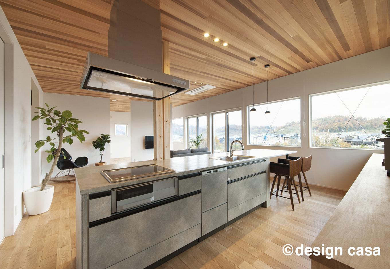Um House(マル祐戸田建築)【design casa(デザイン カーサ)】アイランドキッチンとダイニングテーブルを一列に繋げて家事効率がアップ。2階LDKは見晴らしが良いのも魅力