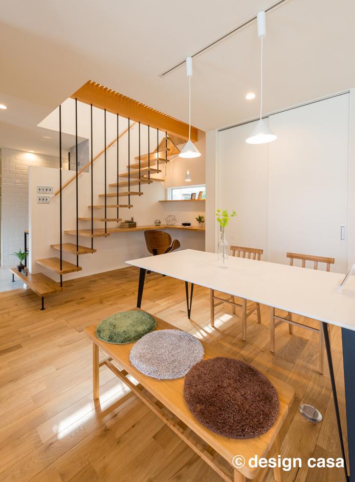 Um House(マル祐戸田建築)【design casa(デザイン カーサ)】リビング階段が造形美を感じさせるLDK。細部まで緻密にデザインされた完成度の高い空間が日々の暮らしに潤いを与えてくれる