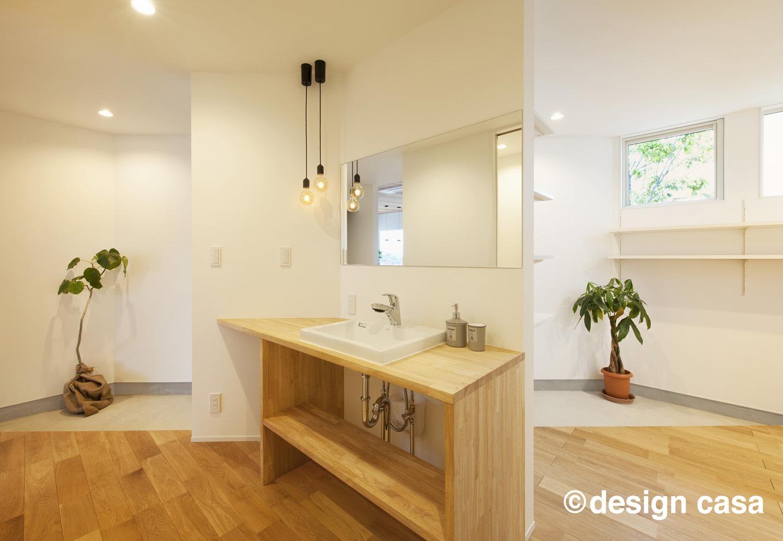 Um House(マル祐戸田建築)【design casa(デザイン カーサ)】大きな鏡と木製のシンプルなカウンターが調和した洗面スペース。水回りも自分らしさにこだわってデザイン