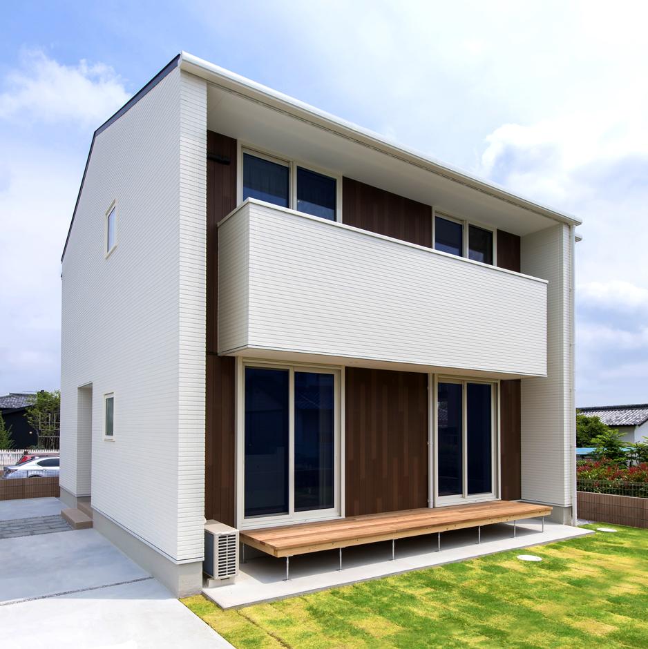 Um House(マル祐戸田建築)【Rational Box(ラショナル ボックス)】「ラショナルボックス」の外観。アクセントに木目の外壁を使用。メインの外壁は飽きのこない白と黒の2種類からセレクトできる