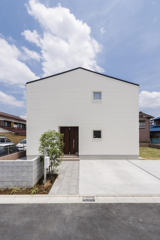 Um House(マル祐戸田建築)【Rational Box(ラショナル ボックス)】外観をサイドから眺める。おうとつの少ないシンプルな矩形の住まいは構造的にも無理なく合理的に強度が向上する