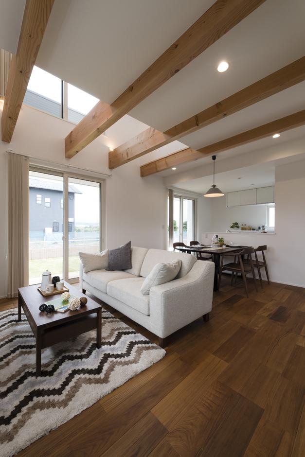 Um House(マル祐戸田建築)【Rational Box(ラショナル ボックス)】吹き抜けが開放感をもたらすリビングは化粧梁がアクセント。高窓から明るい光が注ぐ